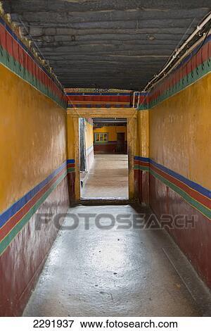 Foto - colorido, rayas, pintado, abajo, el, paredes, de, un, pasillo ...