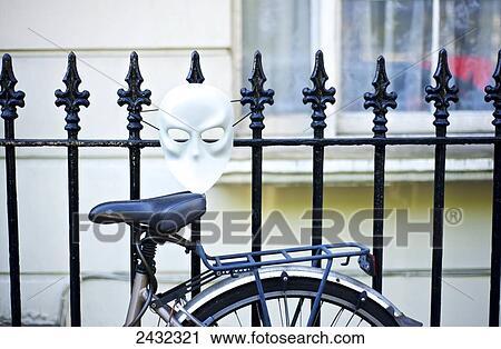 Stock Fotografie Fahrrad Lehnen A Metallzaun Mit A Weiss