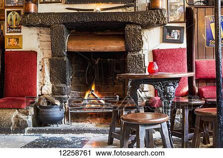 Archivio fotografico legno urente caminetto con fuoco