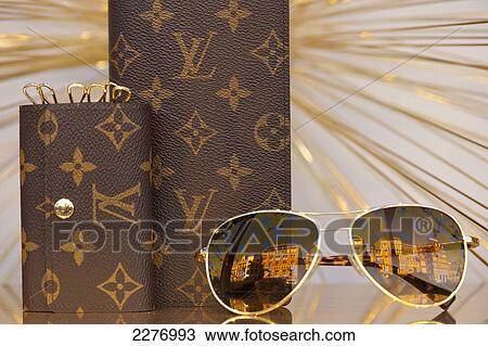 de8164fe4e3 Louis, vuitton, bril, en, handtassen, op tentoonstelling, in, venster, van,  de, bijenkorf;, amsterdam, holland