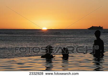 people in an infinity pool at the wateru0027s edge sunset over waikiki beach honolulu oahu hawaii united states of america infinity pool united states u60 infinity