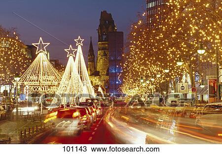 Weihnachtsbeleuchtung Berlin.Bäume Lit Mit Weihnachtsbeleuchtung Entlang Straße Nacht Berlin Deutschland Stock Bild