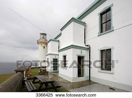 Bancos Y Mesas En El Terraza De Un Casa Arranmore Isla Irlanda Banco De Fotografías