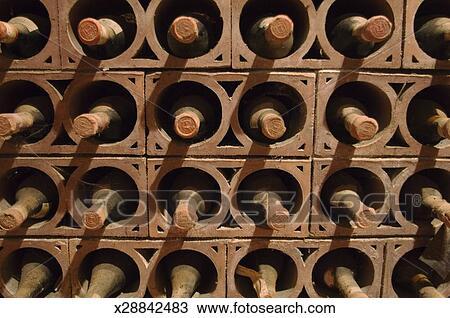 Stockage De Vin banque de photo - vieillissant, bouteilles vin, dans, stockage