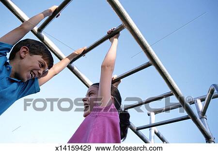 37070e18a61 Αποθήκη Φωτογραφίας - παιδιά, αιωρούμενος αναμμένος, ζούγκλα γυμναστήριο.  Fotosearch