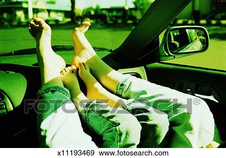 banque de photographies pieds nus de a femme et gar on dans voiture x11193469. Black Bedroom Furniture Sets. Home Design Ideas
