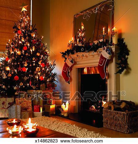 Albero natale, presenta, decorazioni natale, e, un, aprire fuoco, in, uno,  soggiorno Archivio Immagini