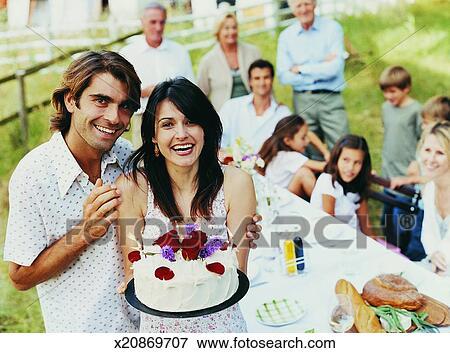 Tavolo Compleanno Uomo : Immagine ritratto di uno uomo fuori con suo braccio