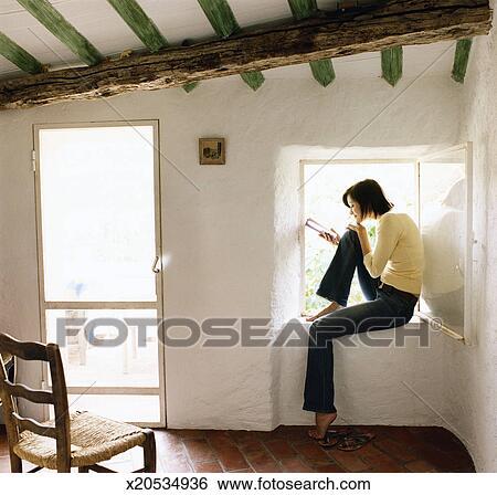Stock Bilder Junge Frau Sitzen Auf A Fensterbank In A