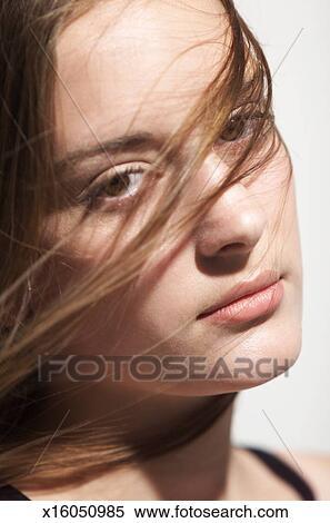 c03f79f5871c A, jung, kaukasisches, mädchen, mit, braunes haar, aussehen, ständig, in,  fotoapperat, als, sie, haar, bürsten, über, sie, gesicht