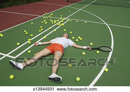 size 40 9600d e9123 Mann, in, tennisausrüstung, liegen, auf, tennisplatz Stock Bild