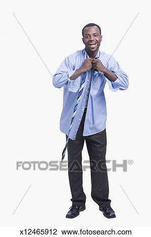 meilleures baskets b23ba 9d79b Jeune homme, mettre, chemise cravate, rire, portrait Banque d'Image