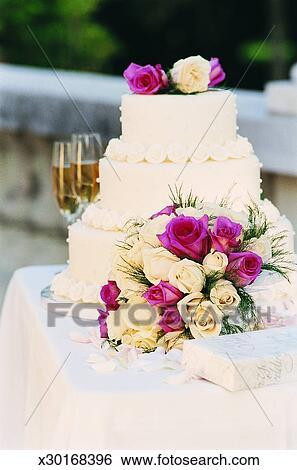 Gâteau Mariage A Bouquet Fleurs Flûtes Champagne Et A Présent Sur A Table Banque De Photographies