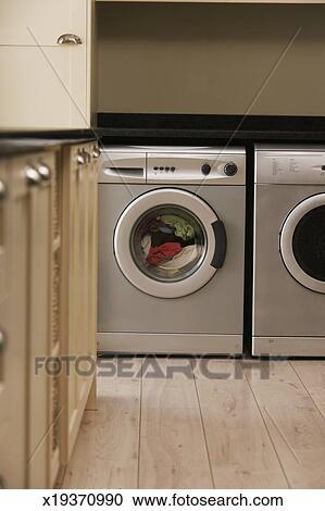 Wäsche, in, waschmaschine, in, kueche Stock Bild