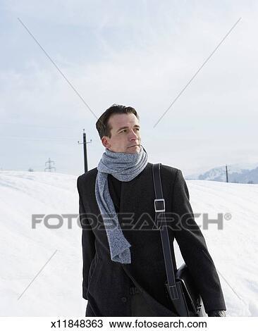 miglior sito web 26a04 069cc Uomo, il portare, cappotto, e, sciarpa, camminare, in, neve coprì,  paesaggio Archivio Immagini