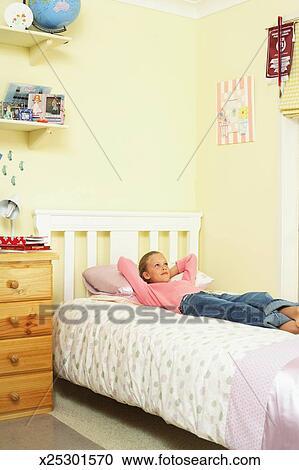 Stock Fotografie Madchen 10 12 Lugen Bett Oben Schauen Hande