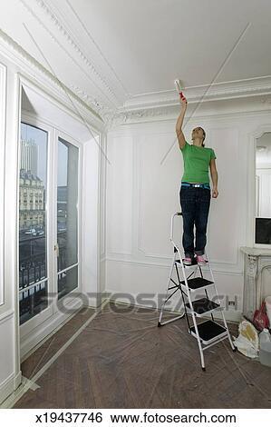 Cool Banque Duimage Position Femme Sur Escabeau Dans Salle Peinture Plafond  Rouleau With Peindre Un Plafond Au Rouleau