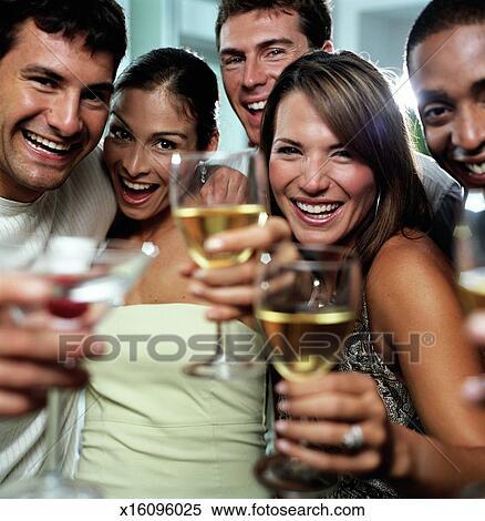 Stock Bild Junge Männer Und Frauen Toasten Gruppenbild