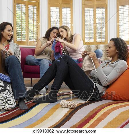 Banque de photo quatre femmes d lassant dans salon for Salon tricot