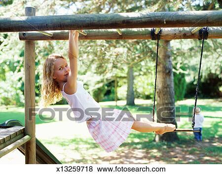 Klettergerüst Clipart : Bilder mädchen 5 7 schwingen auf klettergeruest von