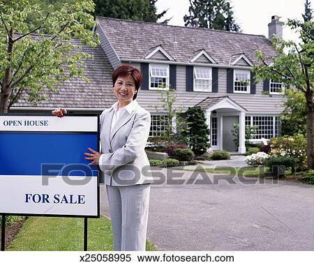 19fef43779de9b Mûrir, femme, agent immobilier, à, signe vendre, dehors, maison, sourire  Banque d'Image