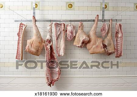 Archivio fotografico tagli di carne appendere da ganci in