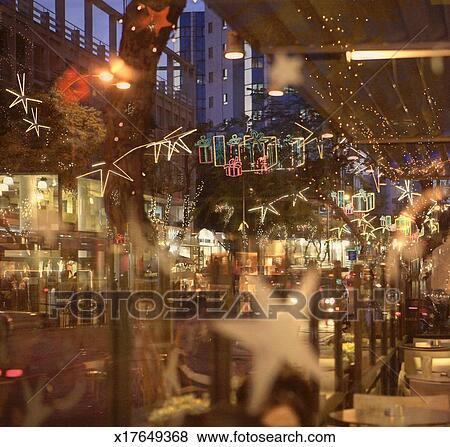 Weihnachtsbeleuchtung Am Fenster.Zypern Nicosia Weihnachtsbeleuchtung Reflektiert Café Fenster An Nachtdämmerung Stock Foto