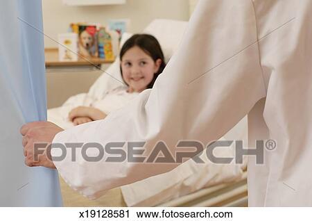 Bed Gordijn 11 : Stock fotografie arts opening meisje bed gordijn