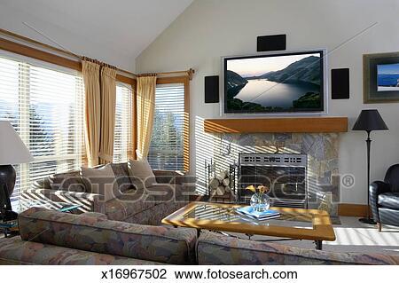 Stock Foto - woonkamer, met, platte scherm tv, boven, openhaard ...