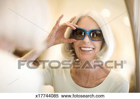 ed3bc344f55f5 Banque d Image - femme aînée