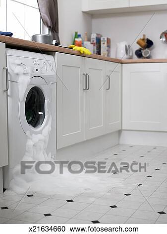 Waschmaschine, überlaufen, in, kueche Stock Bild