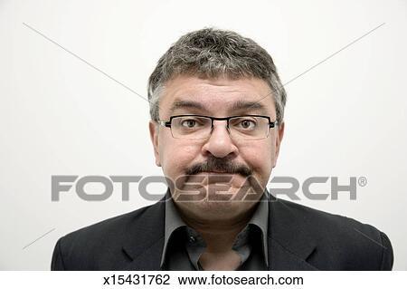 9524d395e4 Colección de imágen - hombre maduro, haciendo mueca, primer plano, retrato.  Fotosearch