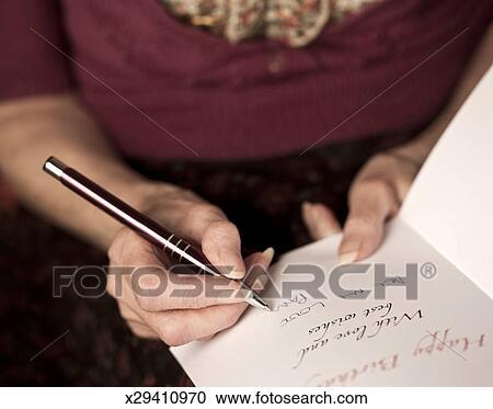 Stock Fotografie Oude Dame Schrijvende Een Verjaardag Kaart