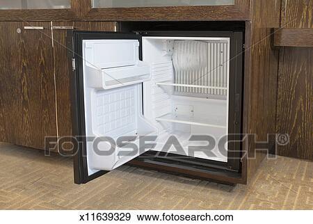 Mini Kühlschrank Nachttisch : Stock fotograf leerer mini kühlschrank in a hotelzimmer