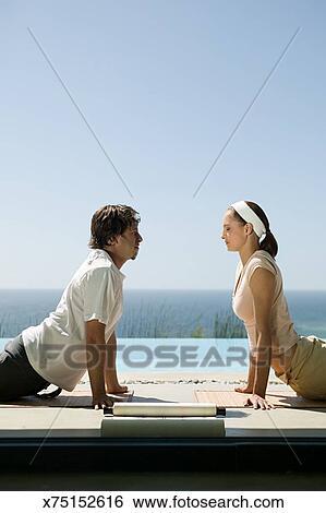 Deux Personnes Dans Positions Yoga
