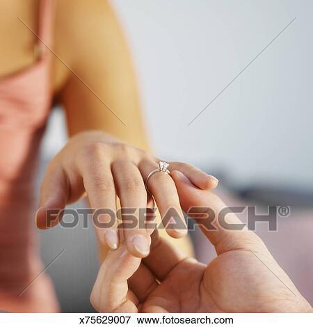 Bild Nahaufnahme Von A Mann Setzen Ein Verlobungsring Auf