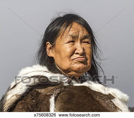 186c8306 Eldre, inuit, kvinne, inn, tradisjonelle, hud, klær Arkivfotografi ...