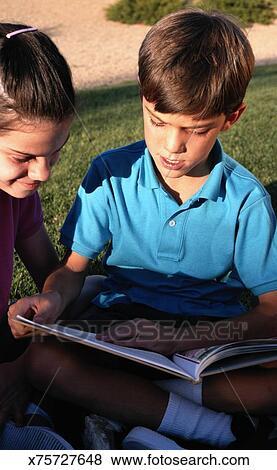 013c825c11e Παιδιά, διάβασμα Αποθήκη Φωτογραφίας   x75727648   Fotosearch