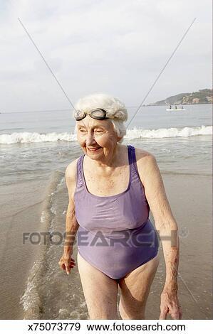 b42e2549c9e1 Archivio Fotografico - donna anziana, in, costume da bagno, su, spiaggia,