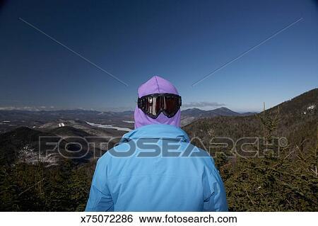 Banco de Imagem - homem, olhar, montanha, panorâmico, óculos sol cansativo,  vista traseira 5095851cc9