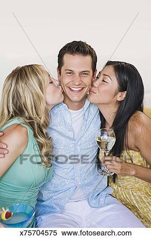 women kissing women pics