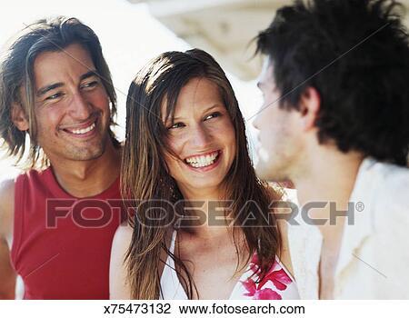 Stock Foto Junge Männer Und Junge Frau Lächeln Draußen