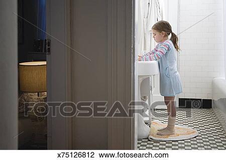 Mädchen, in, badezimmer Stock Bild