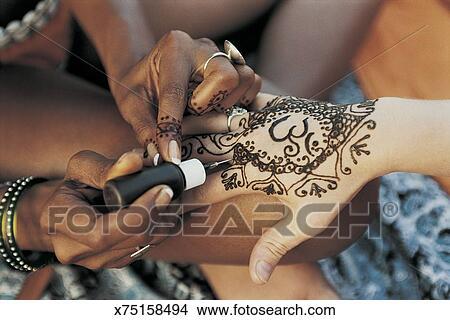 Close Up Van Een Vrouw Hebben Een Henna Tattoo Op Haar Hand Beeld