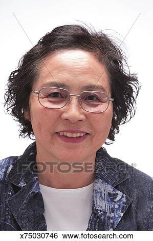 Banque d Images - femme aînée, portant lunettes, sourire, portrait ... d537f81d1dee