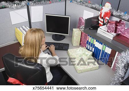 Decorazioni Ufficio Natale : Archivio fotografico donna in cubicolo ufficio con