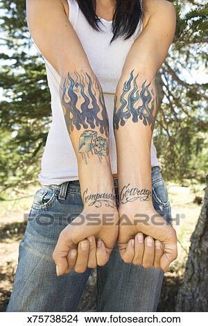 Vrouw Met Tattoos Op Armen En Pols Beeld