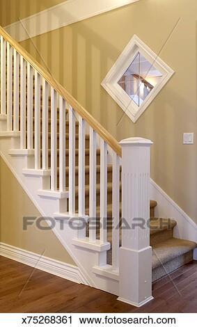 Escalier, intérieur, moderne, maison, à, blanc, bois, balustrade Banque  d\'Image
