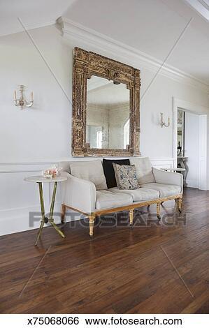 Archivio di Immagini - divano, e, grande, specchio, in, soggiorno ...