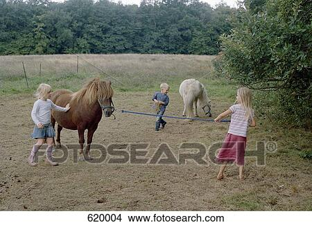 e26342fa59b Αποθήκη Φωτογραφίας - παιδιά, μέσα, ένα, πεδίο, με, δυο, άλογα ...